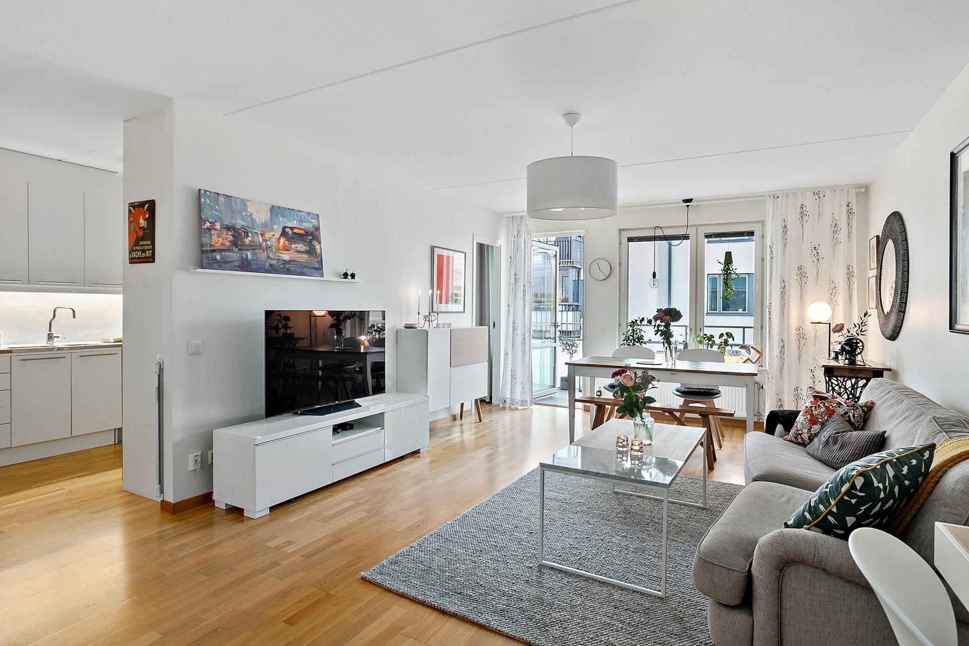 Sjöviksvägen 39, 5tr - Kök och vardagsrum i delvis öppen planlösning.