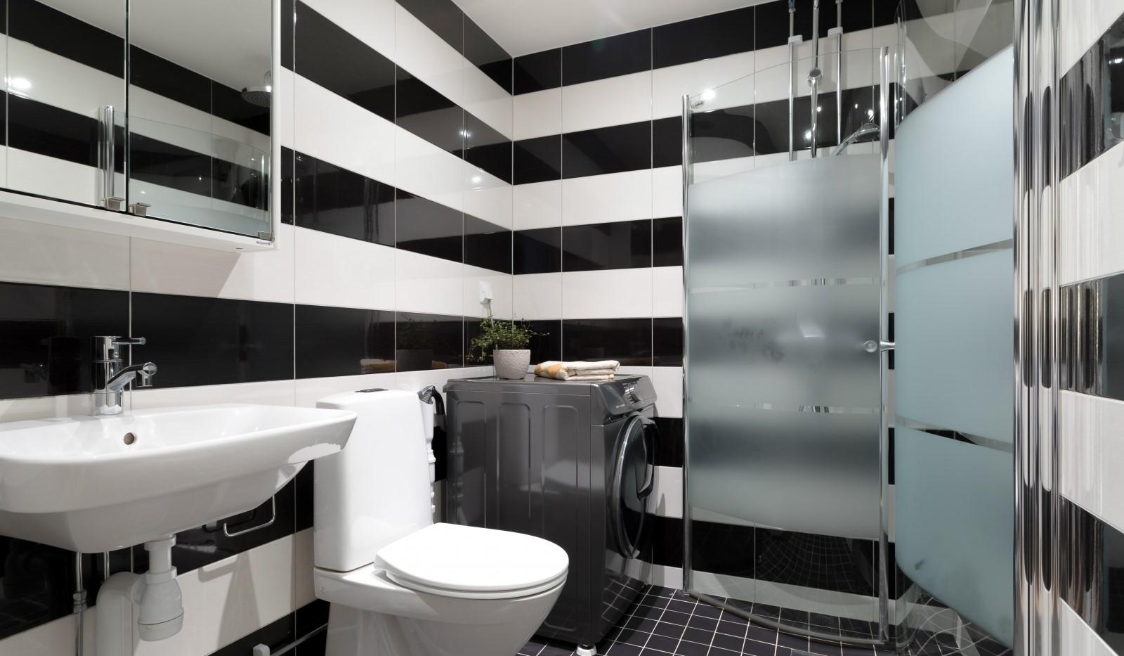 Tellusborgsvägen 90, 2 tr - Rymligt badrum - kombinerad tvättmaskin/torktumlare
