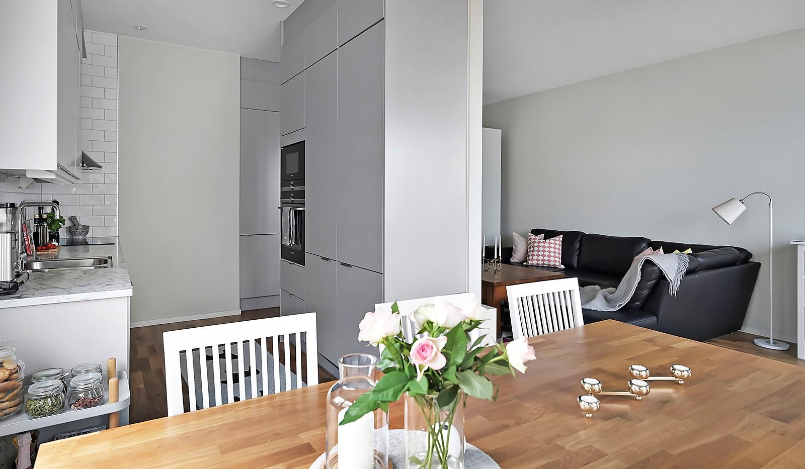 Sjöviksvägen 128, 7 tr. - Matplatsen är smart placerad där kök och vardagsrum möts