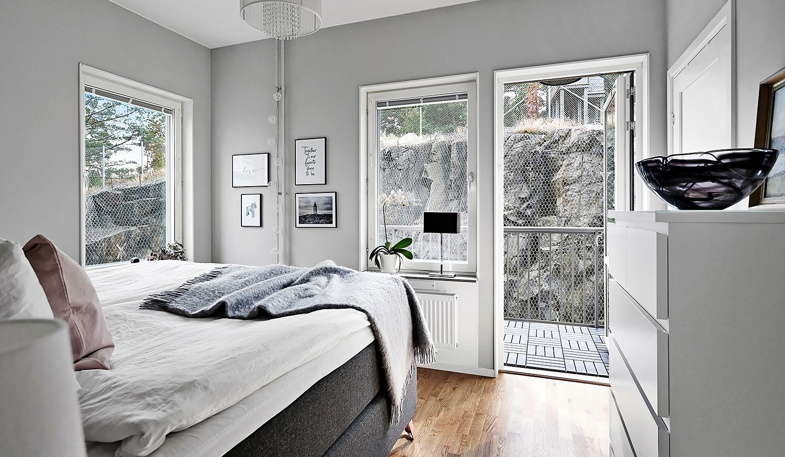 Sjöviksvägen 128, 7 tr. - Ljust sovrum med fönster i dubbla väderstreck