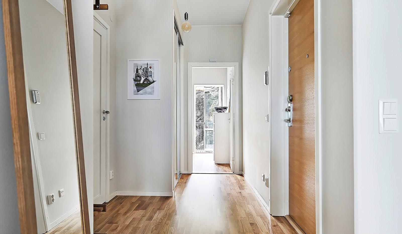 Sjöviksvägen 128, 7 tr. - Hallen är utrustad med ordentlig skjutdörrsgarderob
