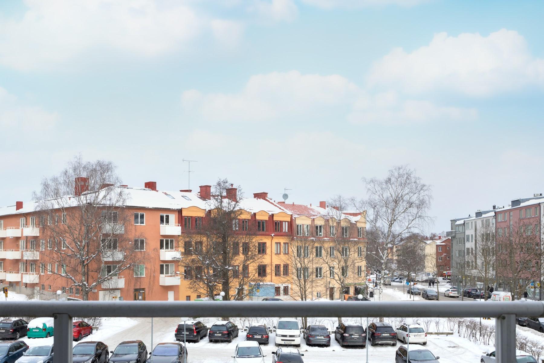 Tellusborgsvägen 90, 2 tr - Öppen utsikt mot äldre och delvis ny bebyggelse
