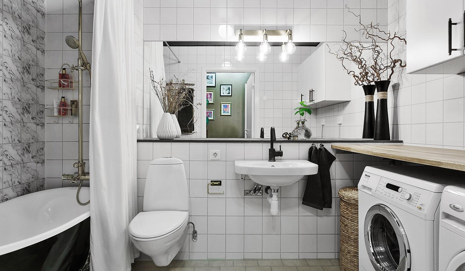 Korphoppsgatan 25, 2 tr Gårdshus! - Rymligt och modernt badrum utrustat med tvättmaskin och torktumlare