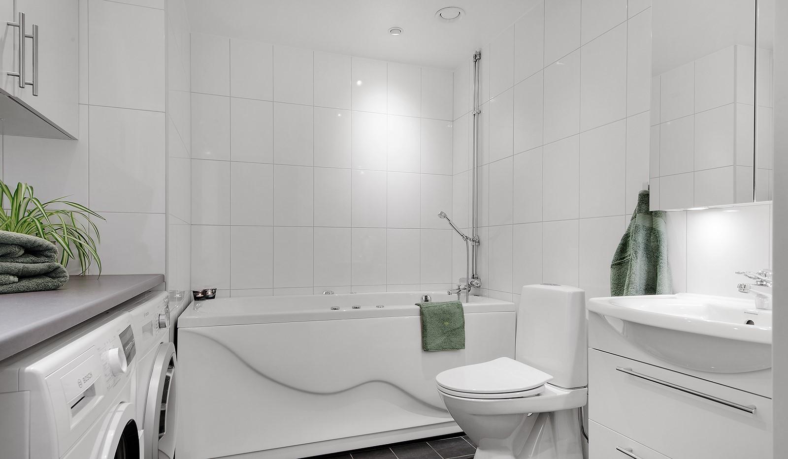 Grönbrinksgatan 6, 4tr - Stort och fräscht badrum med spa-badkar och tvättmöjligheter.