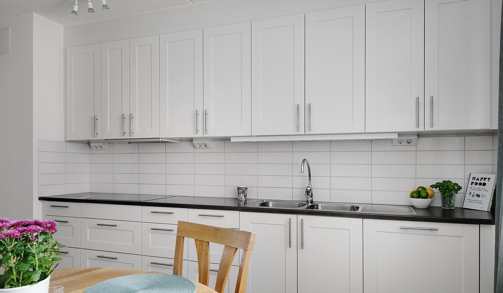 Grönbrinksgatan 6, 4tr - Stilrent kök från Marbodal med bra förvaring bakom vita luckor