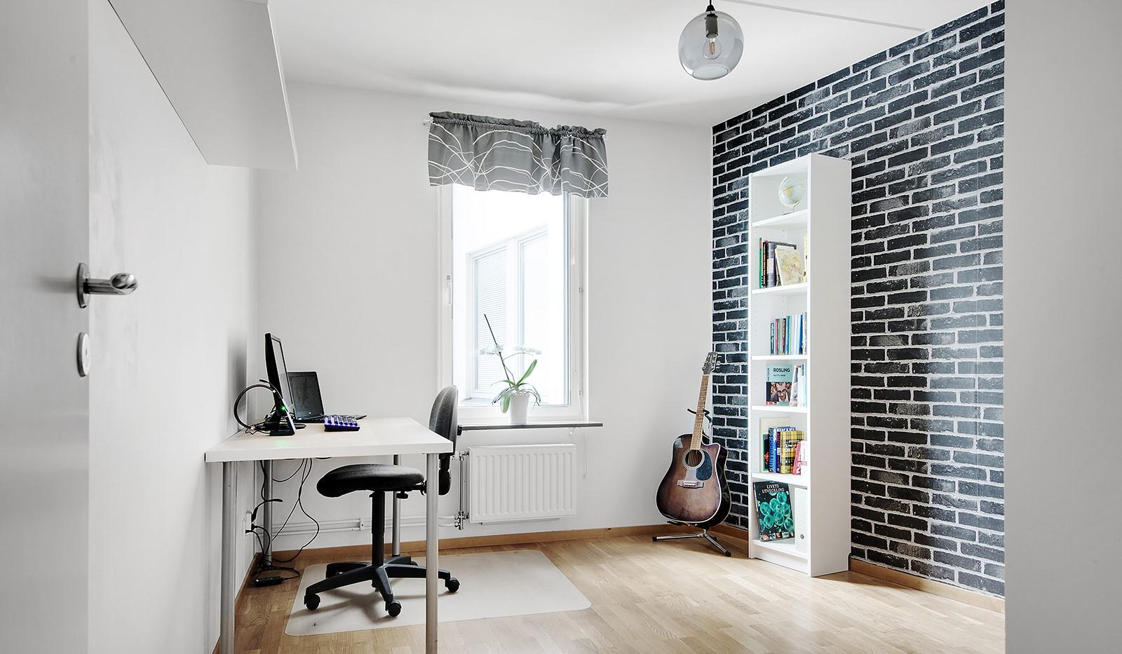 Grönbrinksgatan 6, 4tr - Sovrum 2: Plats för säng samt mindre skrivbord. Fönster mot innergården.