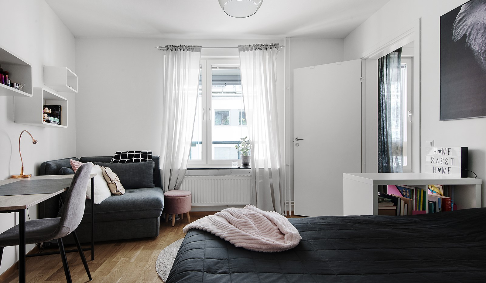 Grönbrinksgatan 6, 4tr - Sovrum 3: Stort sovrum med plats för stor säng, skrivbord och sittgrupp.