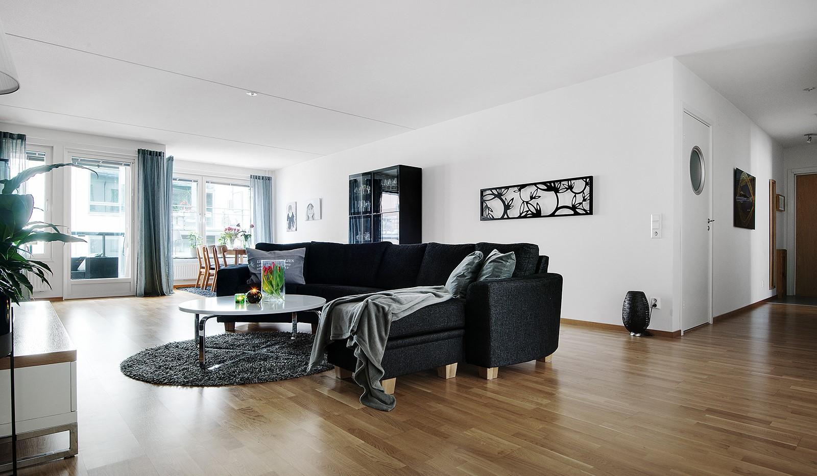 Grönbrinksgatan 6, 4tr - Vardagsrummet är sannerligen något att stoltsera med och blir naturligt lägenhetens samlingsplats.