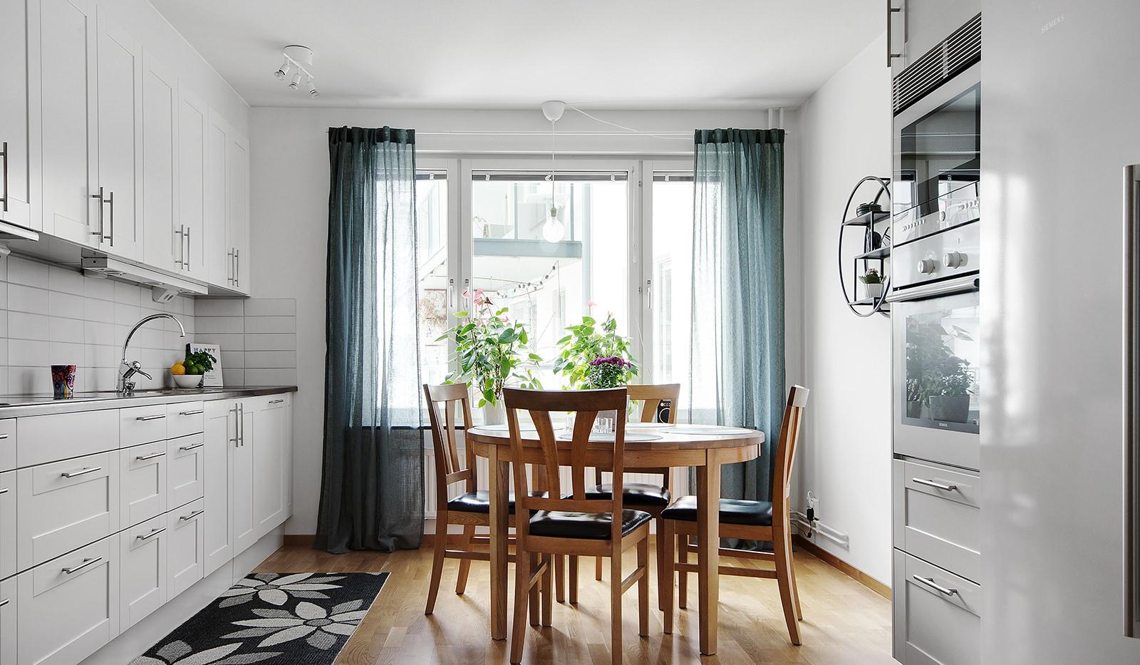Grönbrinksgatan 6, 4tr - Härligt ljusinsläpp i köket genom stora fönsterpartier