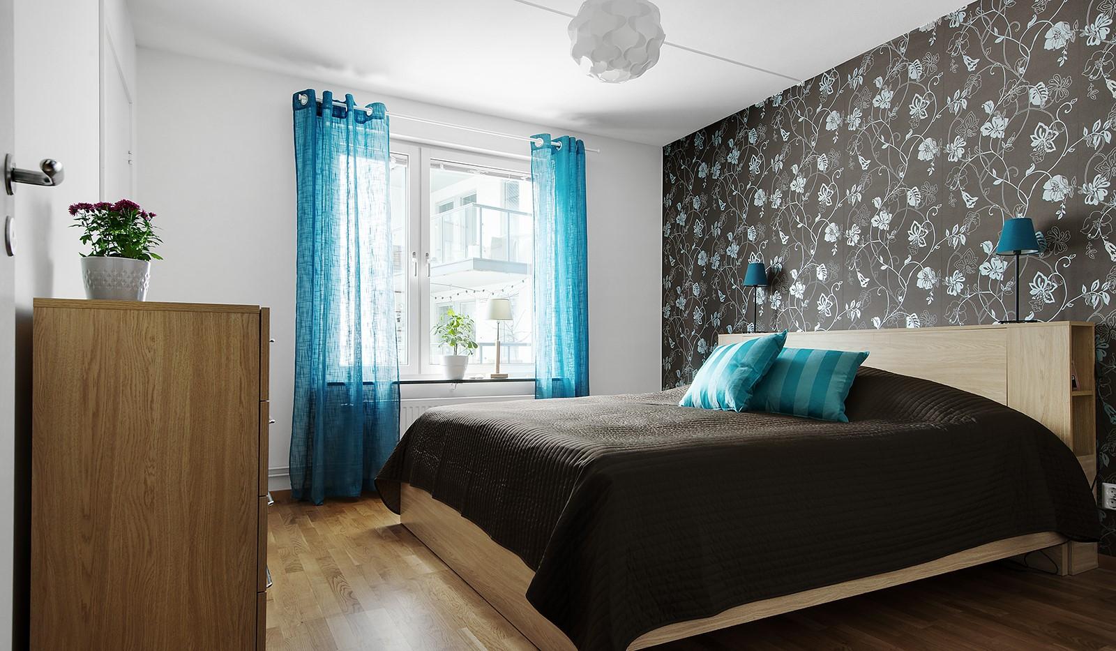 Grönbrinksgatan 6, 4tr - Sovrum 1: Plats för stor säng och byrå. Fönster vetter mot gården