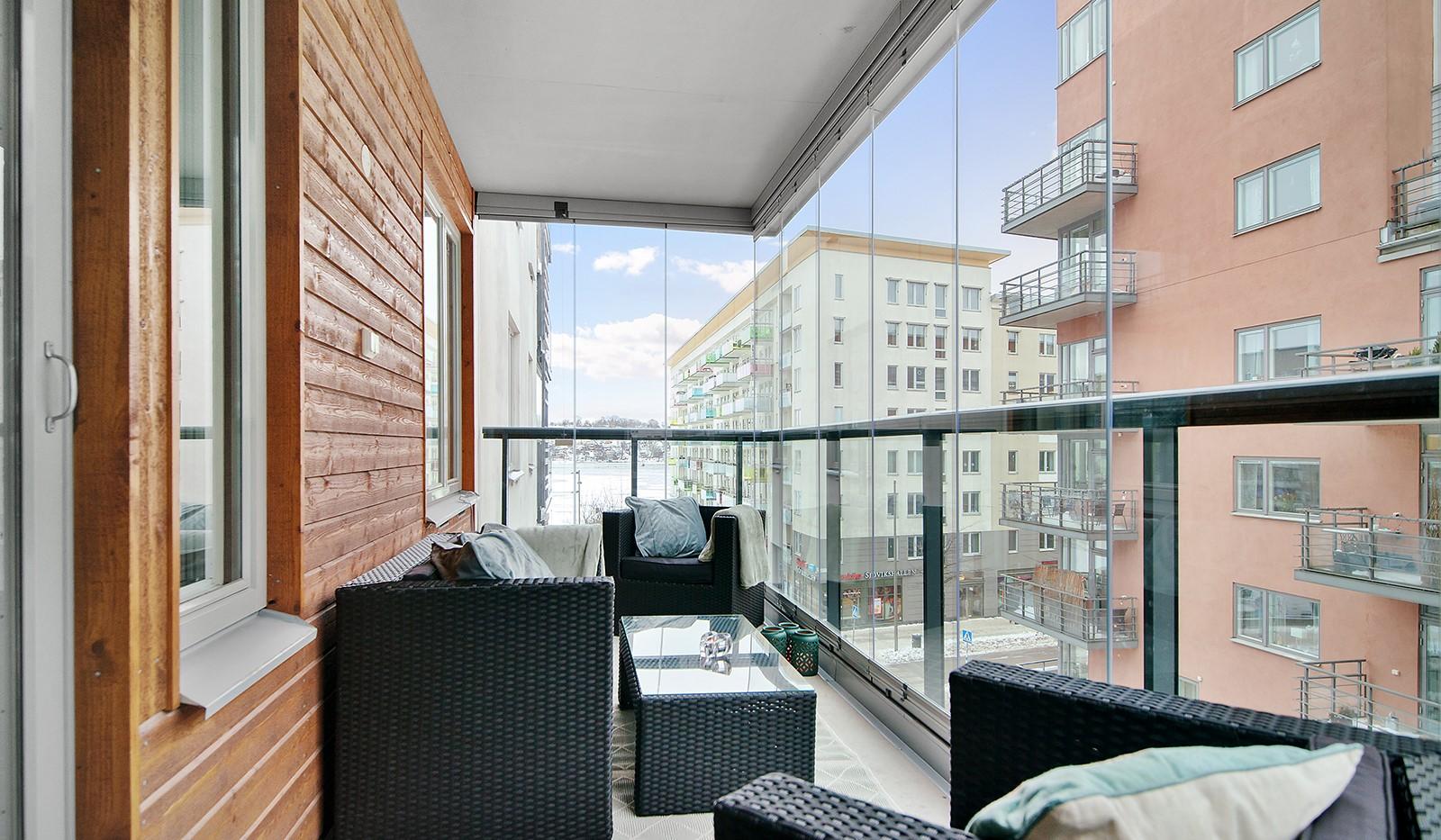 Grönbrinksgatan 6, 4tr - Stor inglasad balkong med vacker utsikt mot Sjövikstorget och Mälaren