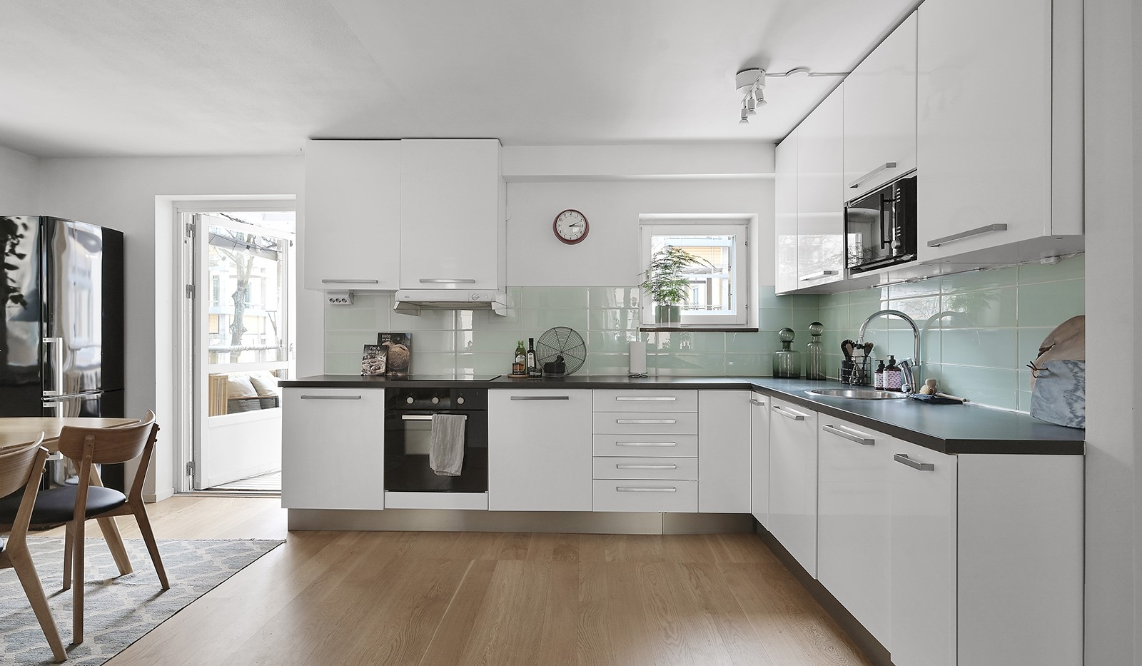 Ringvägen 41B, 2 tr - I köket finns gott om förvaring bakom vita luckor