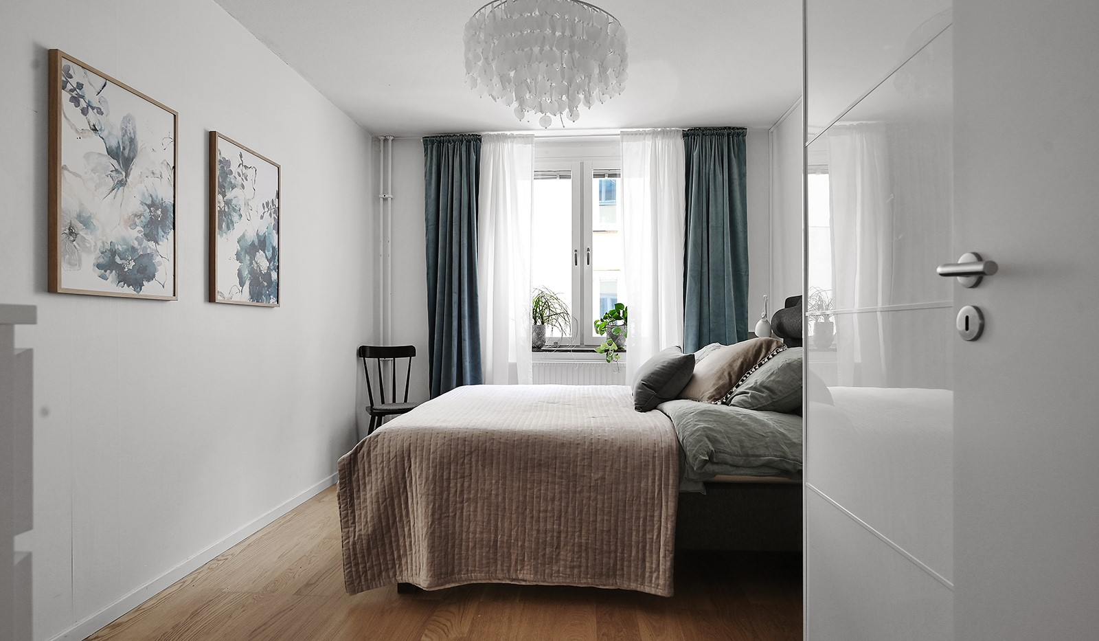 Ringvägen 41B, 2 tr - Rymligt sovrum med plats för dubbelsäng, sängbord och förvaring