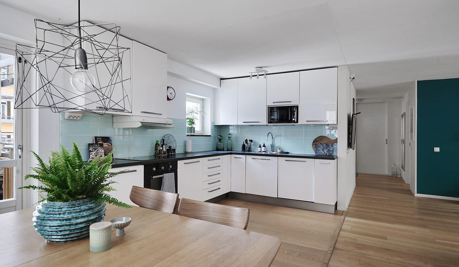 Ringvägen 41B, 2 tr - Det ljusa kaklet piggar upp köket med en harmonisk kulör