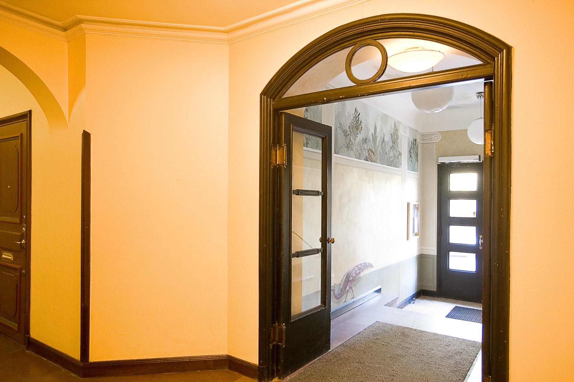 Folkskolegatan 20 - Ståligt entré - dubbla trappuppgångar