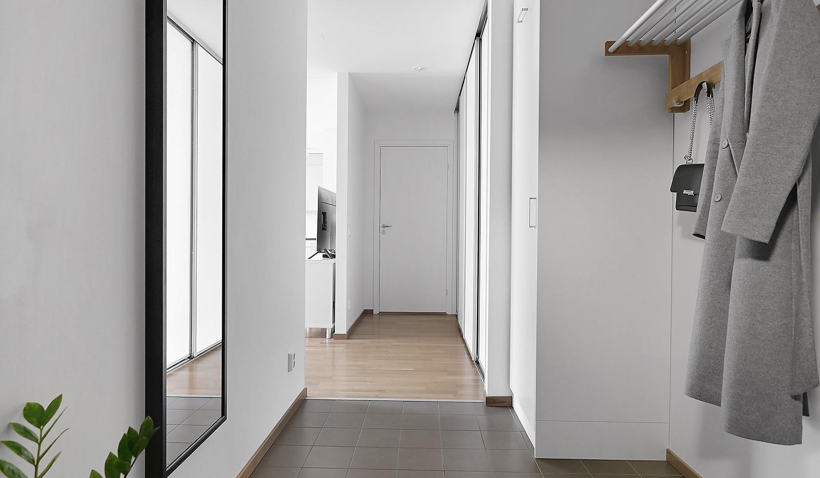 Buteljgatan 24, 5 tr - I hallen finns förvaring i en ordentlig skjutdörrsgarderob