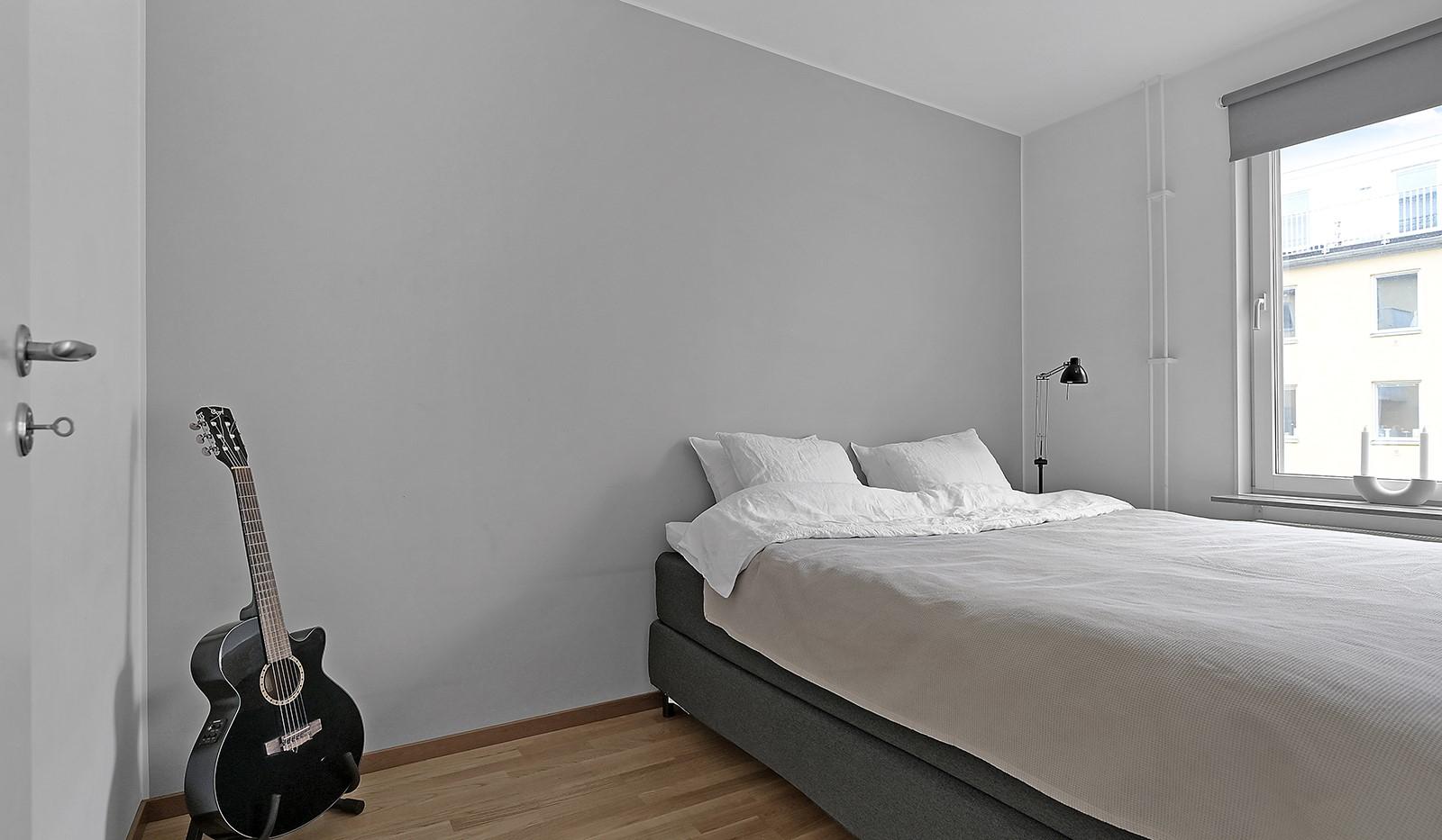 Buteljgatan 24, 5 tr - rofullt sovrum med vacker fondvägg