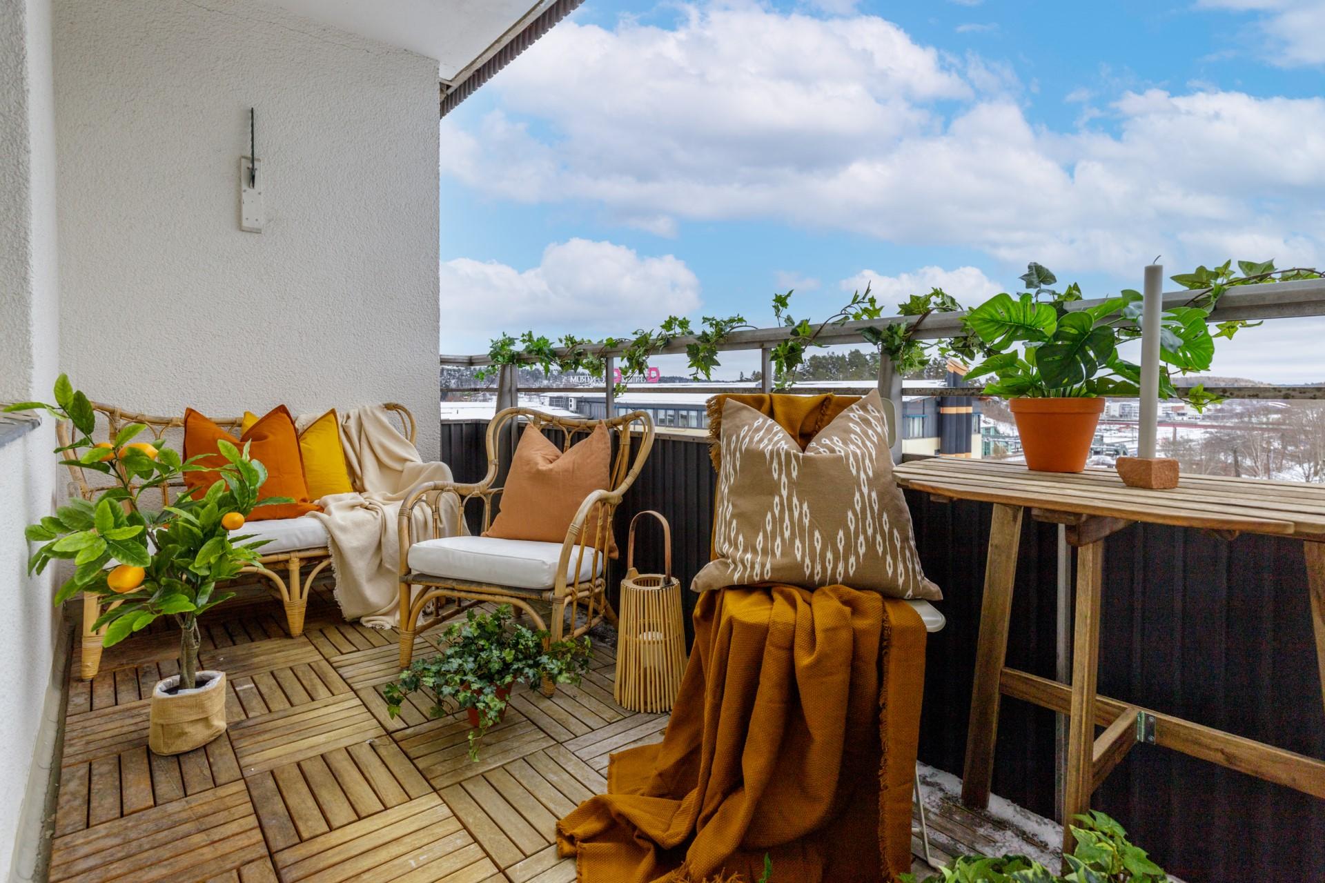 Tumba Torg 107, vån 5 - Stor balkong med fri utsikt