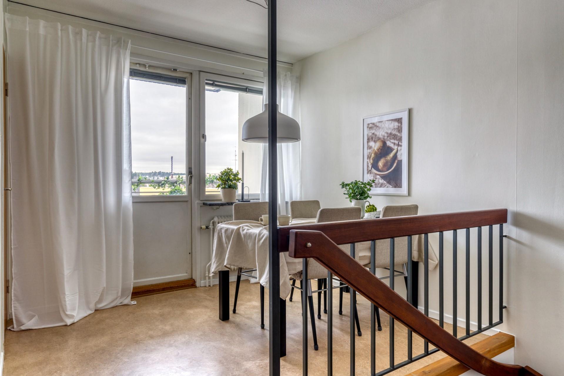 Tumba Torg 107, vån 5 - Matplats på entréplan med utgång till balkong