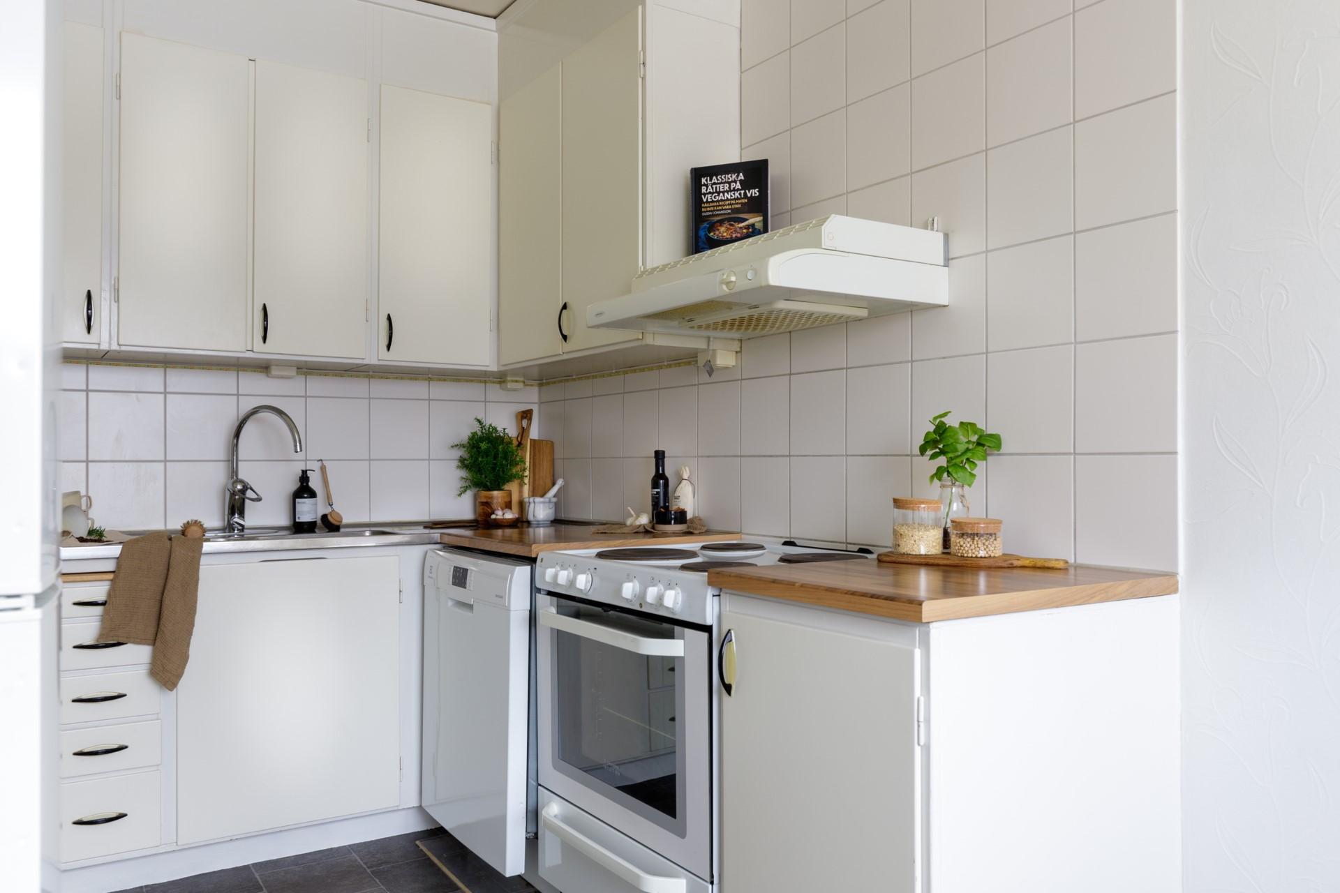 Tumba Torg 107, vån 5 - Ljust kök med matplats och god förvaring