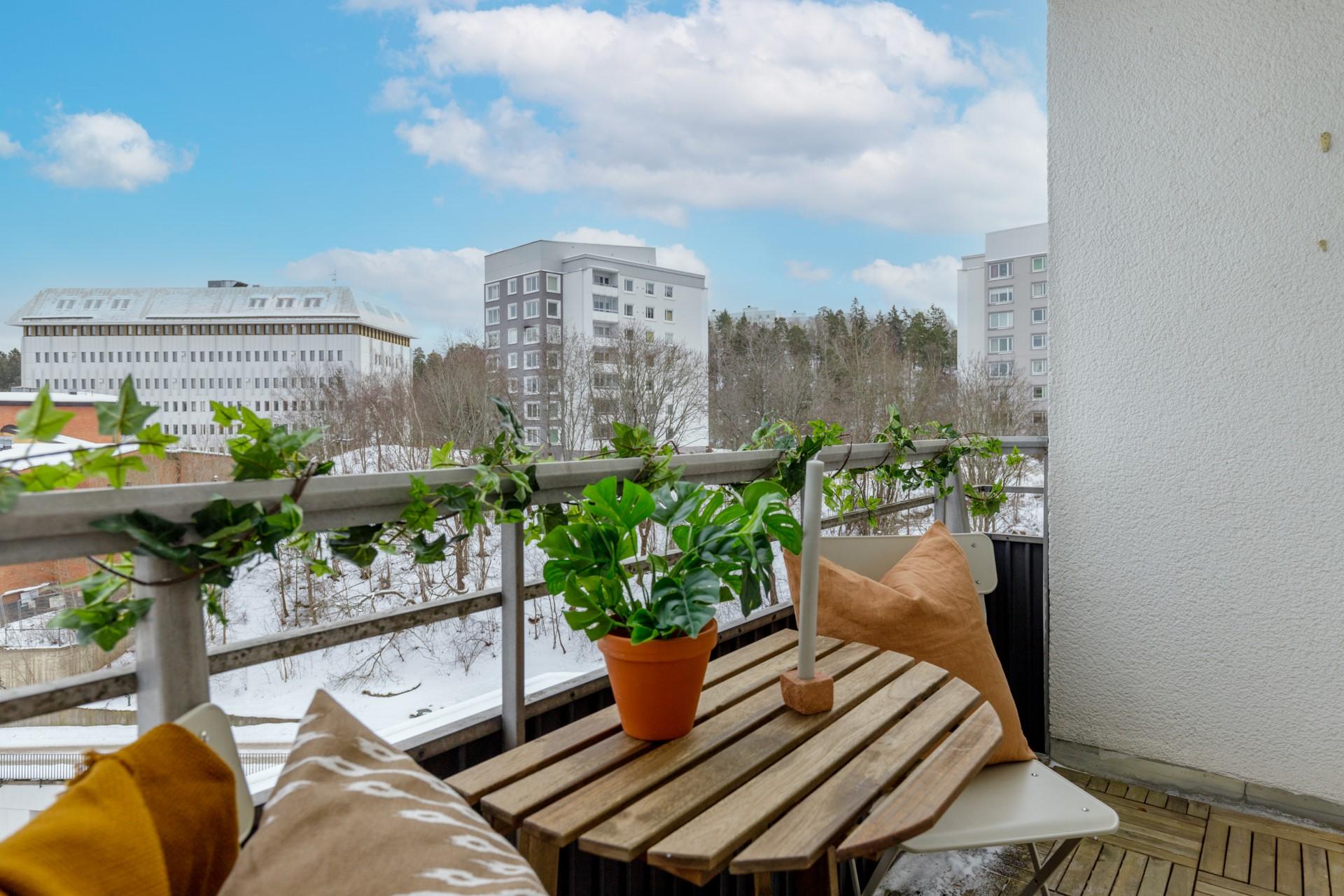 Tumba Torg 107, vån 5 - Balkong med plats för utemöbler