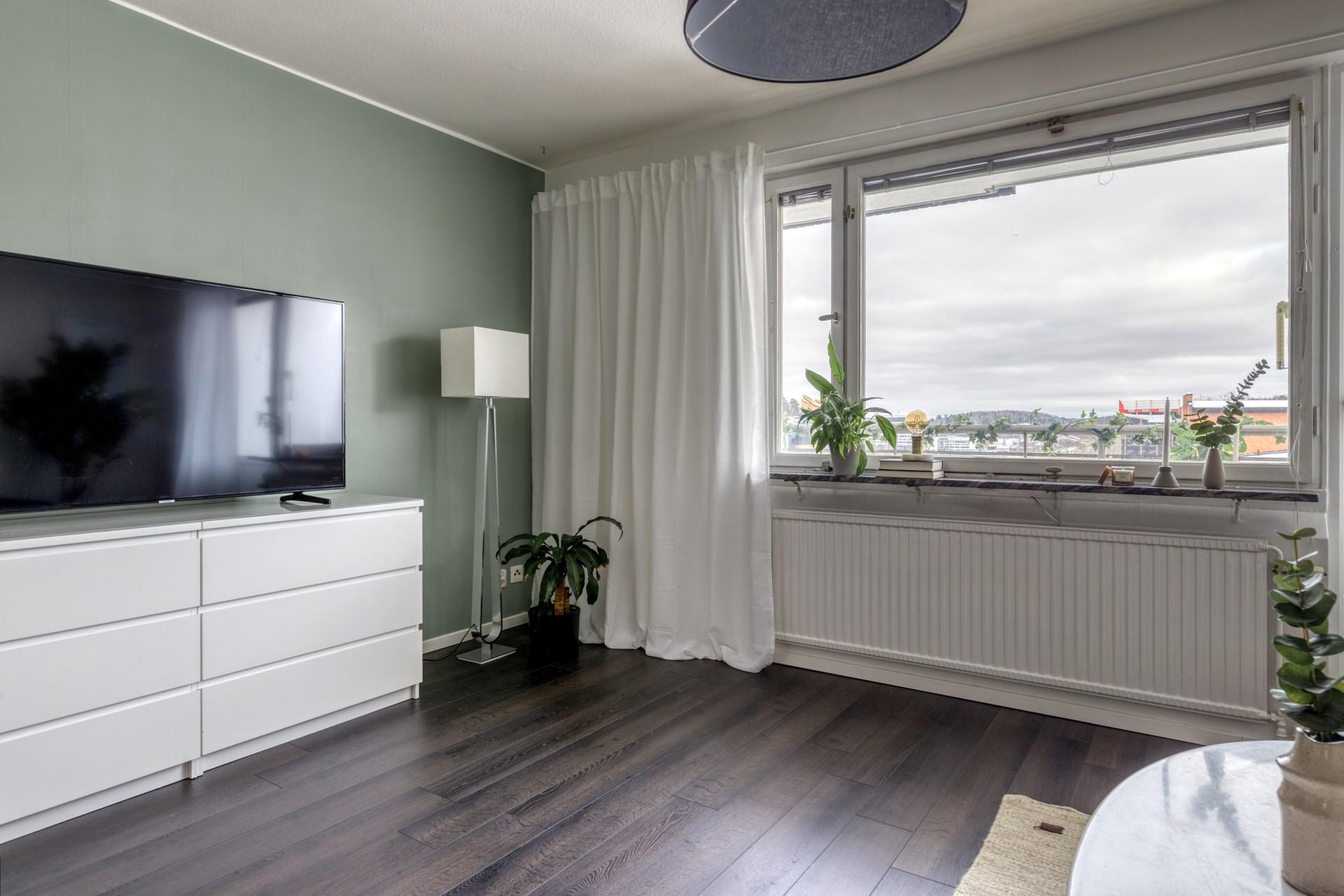 Tumba Torg 107, vån 5 - Vardagsrum med stora fönsterpartier