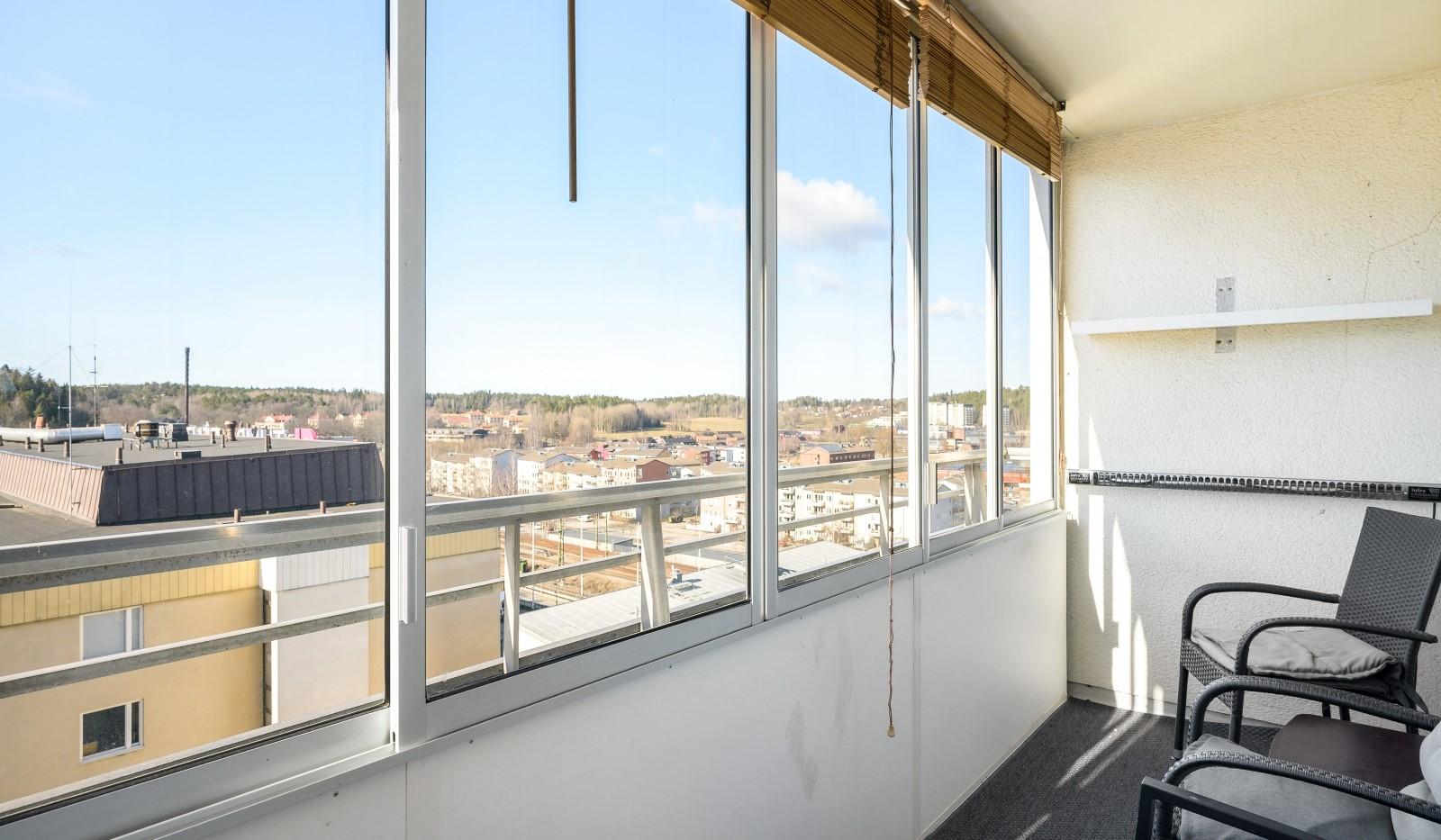 Tumba torg 107, 6tr - Inglasad balkong med fin utsikt över omgivningen