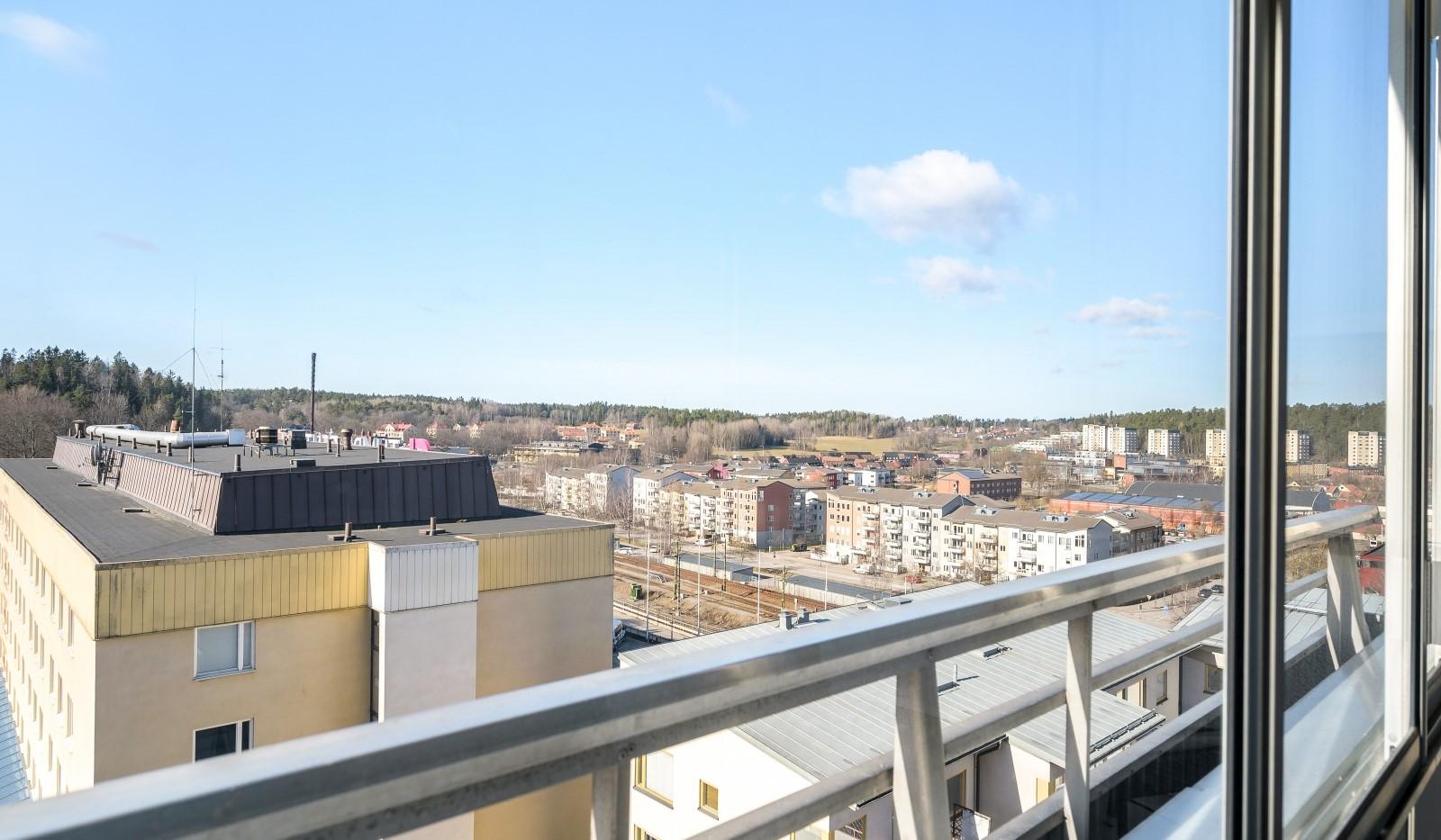 Tumba torg 107, 6tr - Utsikt från inglasade balkongen