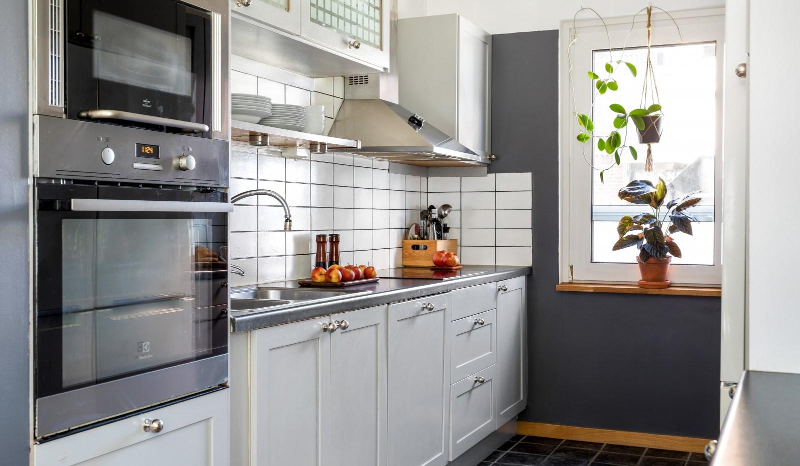 Kocksgatan 42 - Snyggt kök med vackra grå skåpsluckor och bra arbetsytor