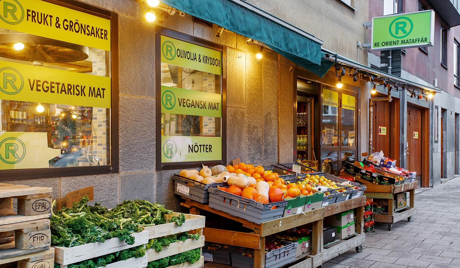Kocksgatan 42 - Flera små butiker i området med utbud av frukt och grönt såväl som klädbutiker