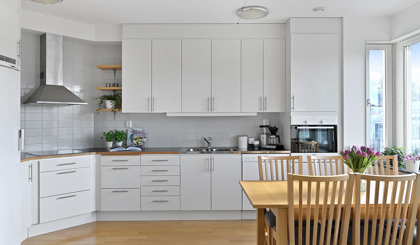 Blekegatan 1, 6 tr - I köket finns gott om förvaringsmöjligheter bakom vita luckor