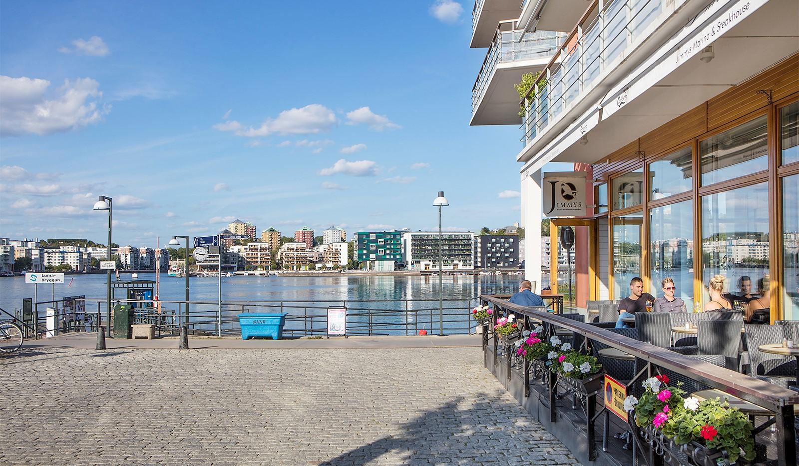 Heliosgatan 58 - Längs kajen finns flera trevliga restauranger och fik