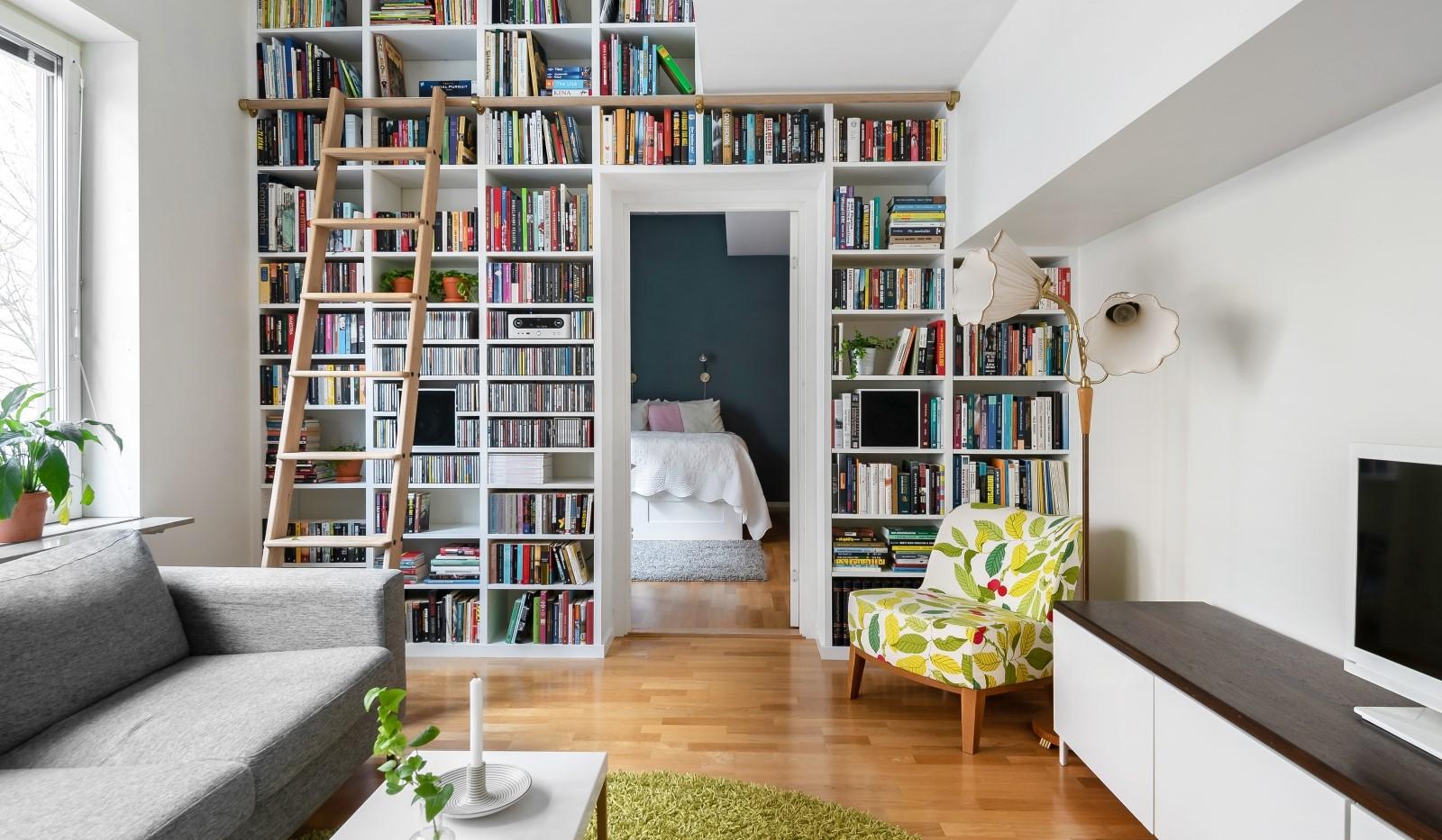 Heliosgatan 58 - Snygg platsbyggd bokhylla där takhöjden nyttjas till fullo