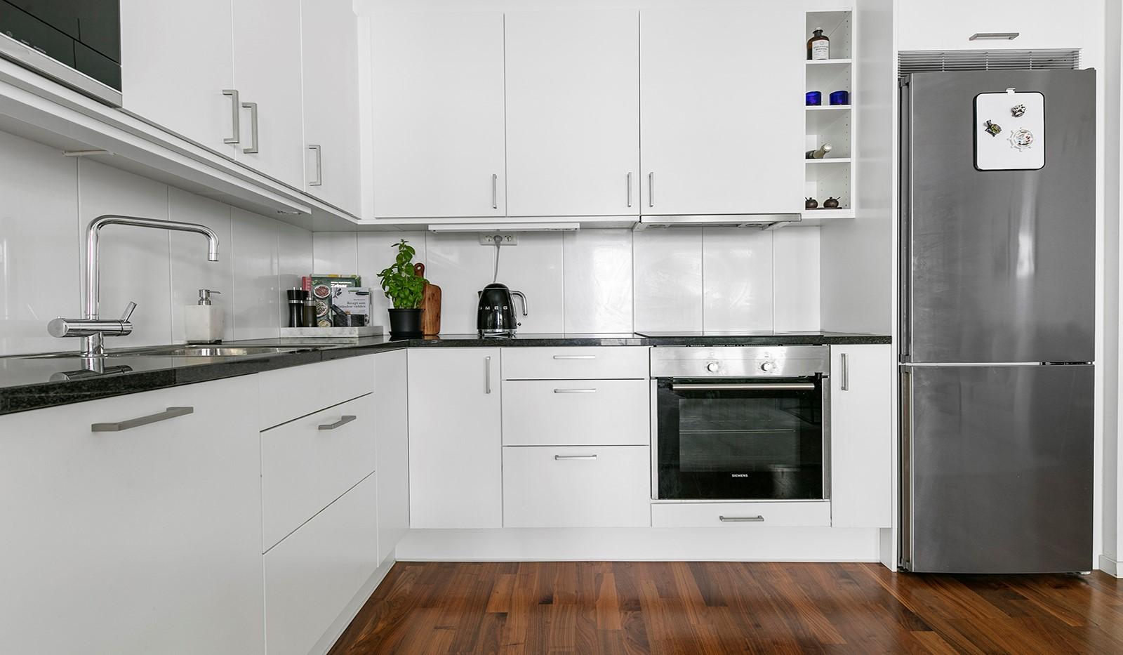 Sjöviksvägen 114, 3 tr - Köket är stilrent inrett med vita luckor