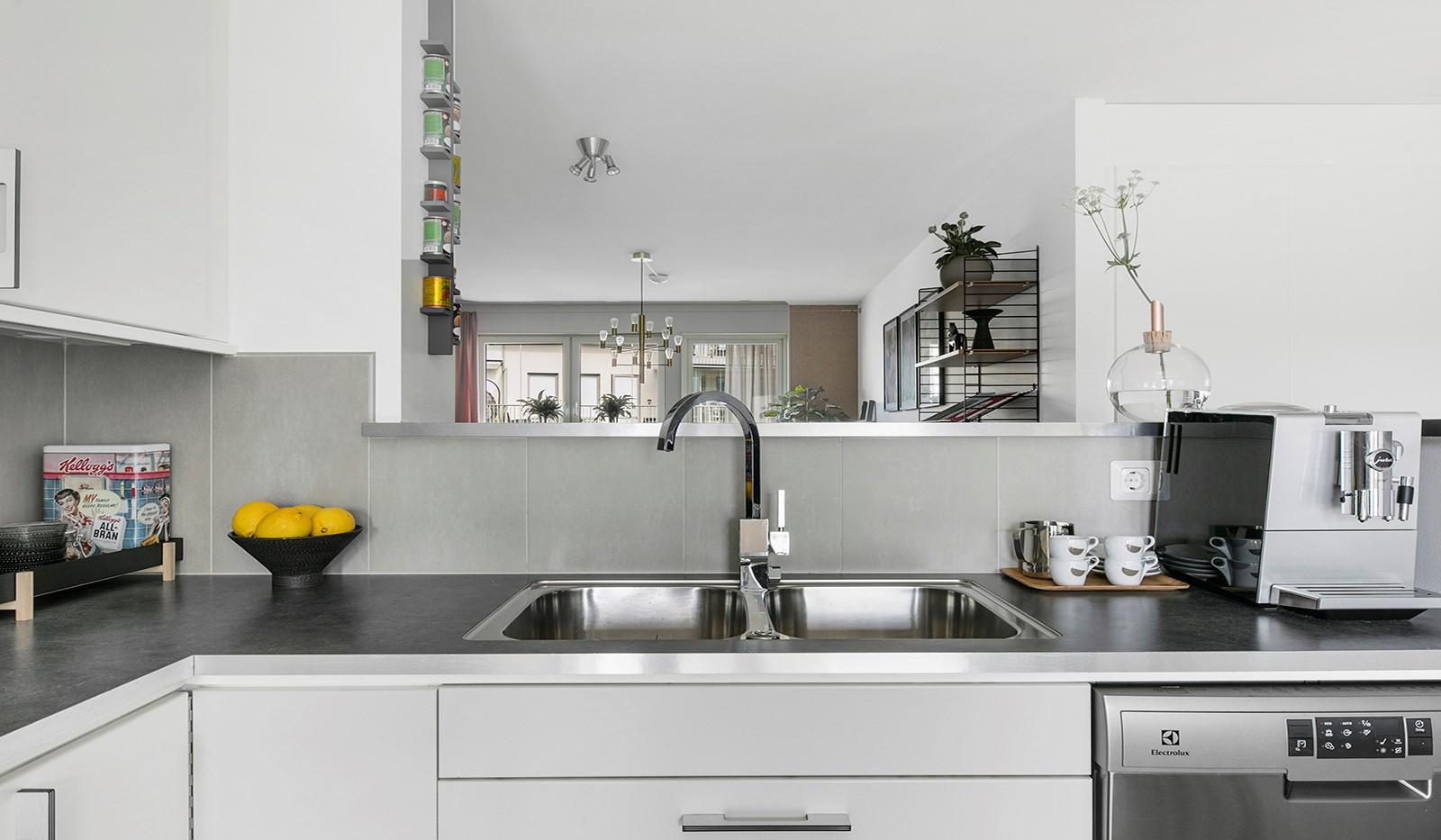 Sjöviksbacken 55, 4 tr - Från köket har man bra uppsikt över vardagsrummet