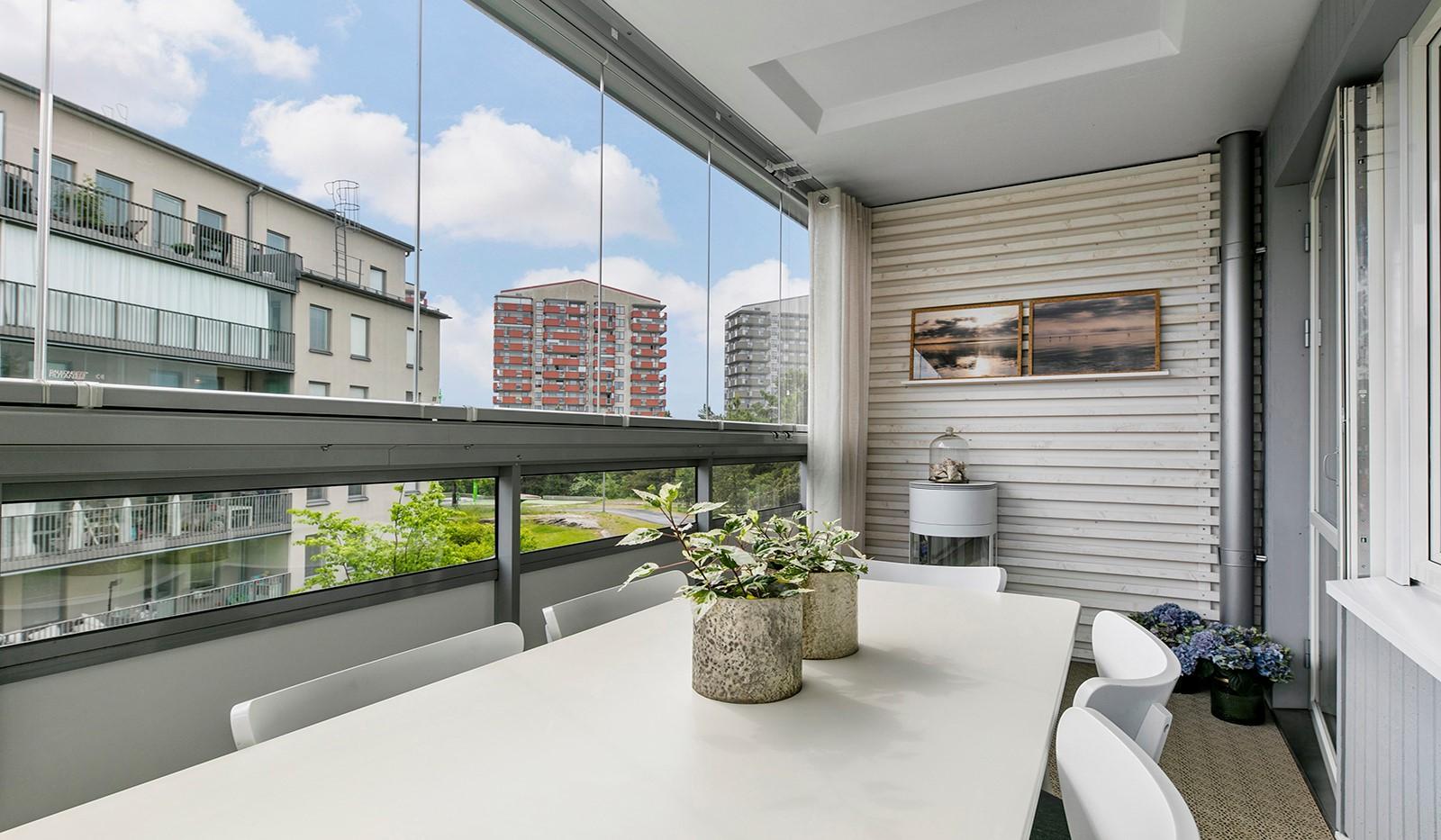 Sjöviksbacken 55, 4 tr - Tack vare inglasningen kan man nyttja balkongen under större del av året