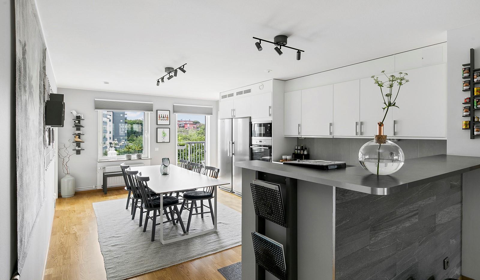 Sjöviksbacken 55, 4 tr - Kök och vardagsrum delas av med en social bardel