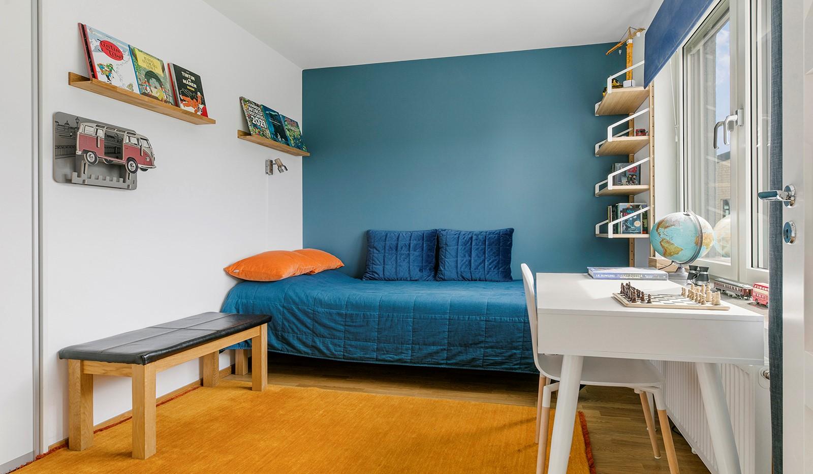 Sjöviksbacken 55, 4 tr - Rymligt sovrum med förvaring i skjutdörrsgarderob