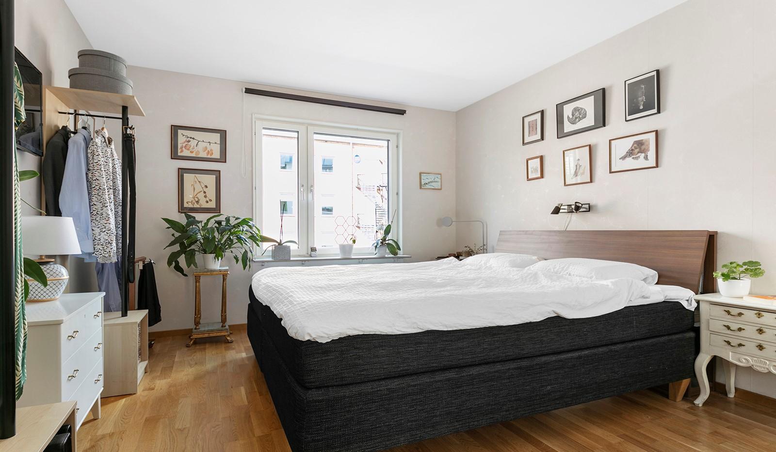 Marieviksgatan 44, 2 tr - Rymligt sovrum med plats för dubbelsäng